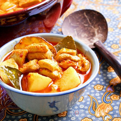 This delicious Nyonya Chicken Curry with Kaffir Lime Leaves is rich, creamy, spicy, and tangy. Kaffir lime leaves make the curry very aromatic. | RotiNRice.com #chickencurry #currychicken #nyonyacurry #kaffirlime