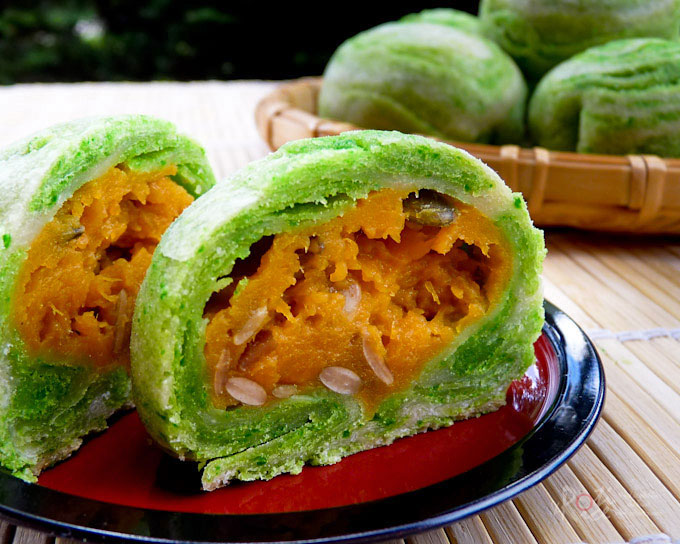 These Spiral Butternut Squash Mooncakes are a creative take on the Teochew style mooncakes. The pandan flavored pastry is wonderfully light and flaky. | RotiNRice.com
