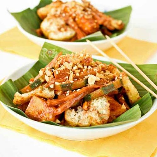 This Spicy Chocolate Rojak is a twist on the popular Malaysian spicy fruit salad using easily available ingredients for the dressing. Surprisingly tasty! | RotiNRice.com