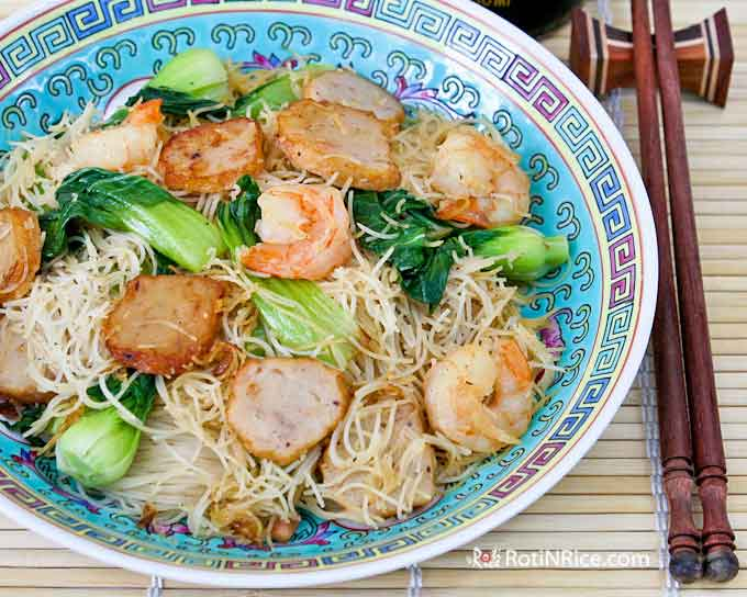 This Fried Beehoon with Shrimp and Fish Cakes makes a quick, easy, and satisfying lunch. Less than 30 minutes to prepare. | RotiNRice.com #beehoon #ricenoodles #friednoodles