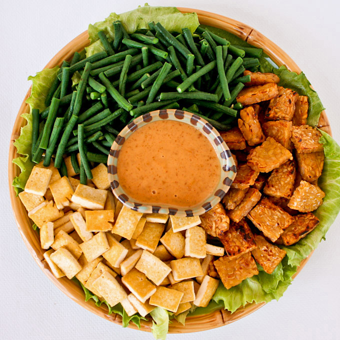 This Vegan Gado-gado Salad with a no-cook peanut butter dressing  is a simplified version of a popular Indonesian dish. It is deliciously meaty and crunchy. | RotiNRice.com