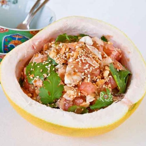 This delicious Pomelo Salad with chopped peanuts and toasted coconut flakes is a must-try! It is sweet, tangy, juicy, and refreshing. | RotiNRice.com #pomelo #pomelosalad #chinesenewyear #lunarnewyear