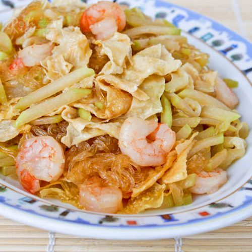 One of the best ways to prepare fuzzy melon is to cook it in this simple Fuzzy Melon and Glass Vermicelli Stir-fry. It is perfect eaten with a bowl of rice.   RotiNRice.com