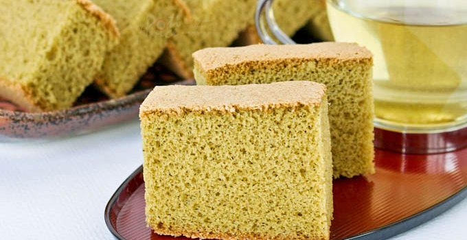 This lovely Matcha Kasutera (Green Tea Castella) is a must try. Its delicate texture and wonderful flavor is a real treat served with a cup of tea. | RotiNRice.com #kasutera #castella #spongecake #matcharecipes #greentearecipes
