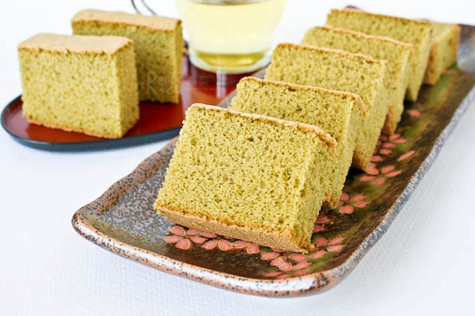 This lovely Matcha Kasutera (Green Tea Castella) is a must try. Its delicate texture and wonderful flavor is a real treat served with a cup of tea. | RotiNRice.com