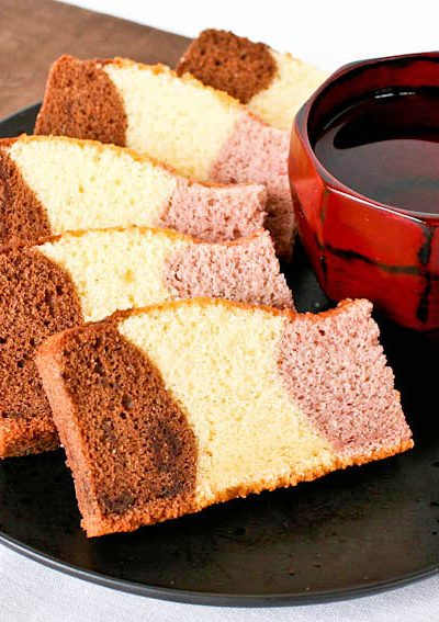 Fabulous tri-colored Neapolitan Kasutera (Neapolitan Castella) with chocolate, honey, and strawberry flavored cakes baked in a single pan. | RotiNRice.com #kasutera #castella #spongecake #neapolitan