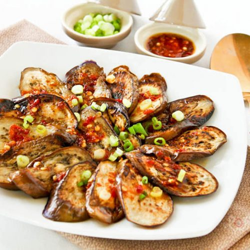 This Pan Fried Eggplant with Garlic Chili Vinaigrette takes less than 20 minutes to prepare. It is light, tasty, and goes well with a bowl of steamed rice. | RotiNRice.com