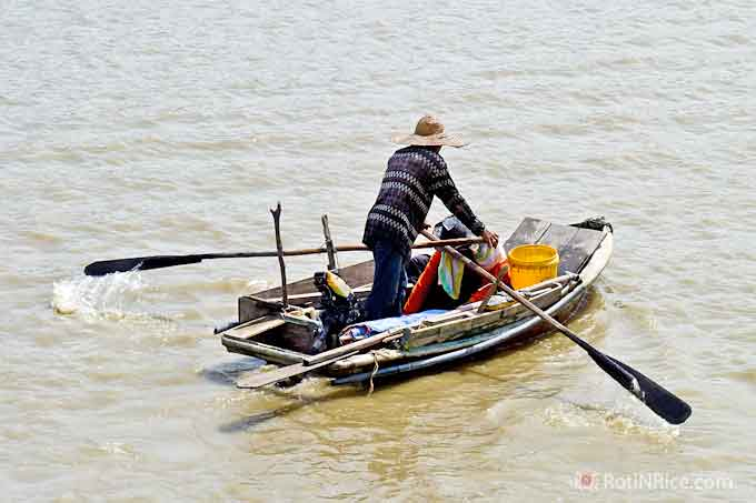 Malaysia Revisited Part 2 - an excursion to Kuala Selangor, a sleepy coastal town that comes alive during the weekends because of its fresh seafood. | RotinRice.com