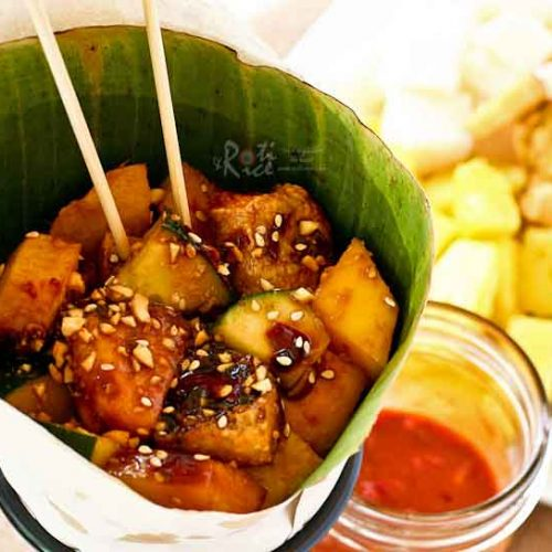 Rojak, a Malaysian Spicy Fruit Salad with a mix of flavors and textures unlike any other. It is spicy, sweet, salty, tangy, soft, and crunchy. A must try! | RotiNRice.com