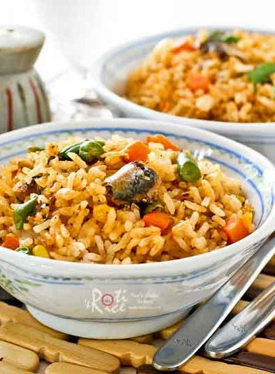 Prepare this tasty Sardines Fried Rice using convenient canned sardines and frozen mixed vegetables. Big on taste with minimum prep work. | RotiNrice.com #sardines #friedrice