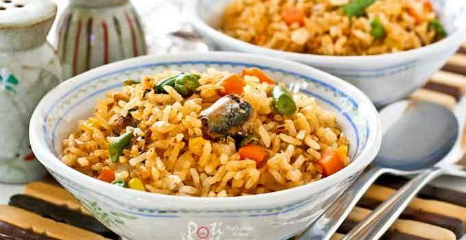 Prepare this tasty Sardines Fried Rice using convenient canned sardines and frozen mixed vegetables. Big on taste with minimum prep work. | RotiNrice.com #sardines #friedrice