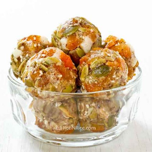 These No-Bake Apricot Melon Energy Bites are so tasty yet so easy to put together. They are perfect for breakfast, snack, or even dessert. | RotiNRice.com