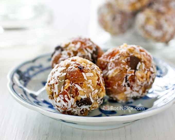 Super easy and tasty No-Bake Persimmon Walnut Energy Bites, the perfect summer time treat. No cooking or processing needed. Just mix and roll into balls.   RotiNRice.com