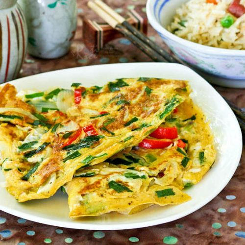 This quick and easy Asian style Omelet with Chives and Onions can be thrown together in minutes. It is usually served as a side dish with rice. | RotiNRice.com #omelet #friedeggs #eggrecipes