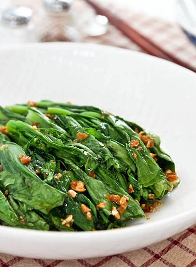 Tender crisp blanched Yu Choy Sum in a simple garlic oil and soy sauce dressing. Just a handful of ingredients and only minutes to prepare.   RotiNRice.com #yuchoysum #yuchai #oilseedrape #chinesefloweringcabbage