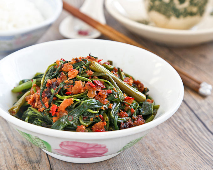 Kangkung Belacan is a Malaysian spicy water spinach stir fry flavored with chilies and shrimp paste. Full of umami flavor and delicious with steamed rice. | RotiNRice.com #kangkungbelacan #belacankangkung #kangkung #waterspinach