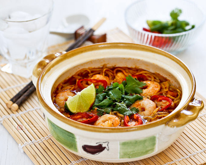 This spicy tangy Tom Yum Noodle Soup with chicken and shrimps is sure to wake up your taste buds. Less than 20 minutes to prepare. With video. | RotiNRice.com
