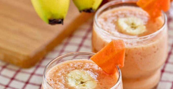 This healthy and delicious Papaya Banana Smoothie is a great starter for the morning. Its mellow taste is soothing to the palate. | RotiNRice.com