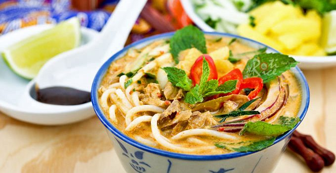 This super tasty Siamese Laksa a.k.a. Lemak Laksa has all the deliciousness of asam laksa and the creaminess of curry laksa. It is a must try! | RotiNRice.com #siameselaksa #laksalemak #laksa