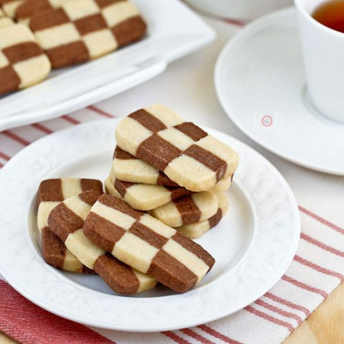 These egg free vanilla and chocolate flavored Checkerboard Cookies are light and buttery. They are perfect for tea time or special occasions. | RotiNRice.com #checkerboardcookies #christmascookies #thanksgivingcookies #eggfreecookies
