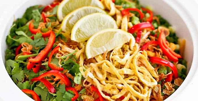 Mee Siam is a Malaysian favorite often served during public functions. This spicy and flavorful dish comes with a variety of colorful toppings. | RotiNRice.com #meesiam #beehoonsiam #friednoodles