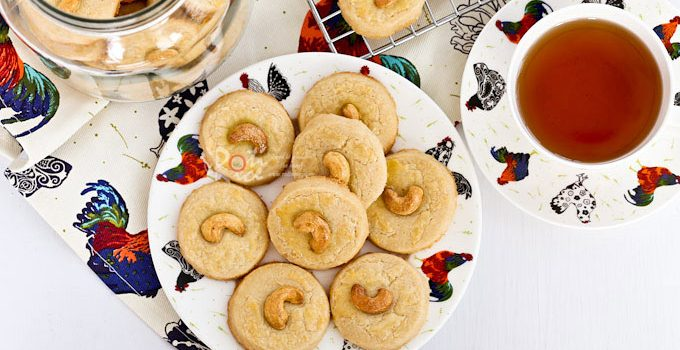 These buttery Cashew Nut Cookies have a crumbly sandy texture and a deliciously nutty flavor. Perfect for afternoon tea or the holidays. | RotiNRice.com #cashewnuts #cookierecipes #cookies