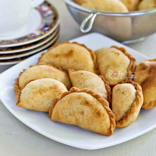 These vegetarian Karipap (Malay Style Curry Puffs) with curried potato filling are a popular Malaysian snack. This version comes with a smooth flaky crust. | RotiNRice.com #karipap #currypuffs