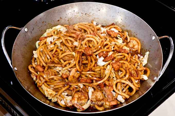 KL Hokkien Mee - super tasty thick yellow noodles cooked in dark soy sauce. A must-eat when visiting Kuala Lumpur, Malaysia. Now you can cook it at home. | RotiNRice.com