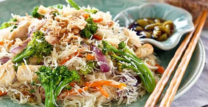 Easy Fried Rice Noodles (Beehoon) with Broccoli and Chicken. Red onion and carrot provide color and additional flavor. Perfect for lunch or the lunchbox. | RotiNRice.com #ricenoodles #beehoon #broccoli #noodlerecipes