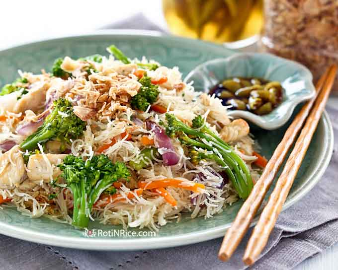 Easy Fried Rice Noodles (Beehoon) with Broccoli and Chicken. Red onion and carrots provide color and additional flavor. Perfect for lunch or the lunchbox. | RotiNRice.com #ricenoodles #beehoon #broccoli #noodlerecipes