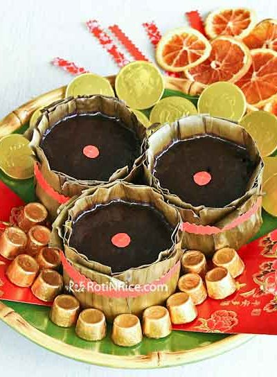 This Gula Melaka Tikoy (Nian Gao) is fondly known as Or Kim Tikoy or Black Gold Tikoy. The famous Malaysian palm sugar makes it very fragrant and delicious. | RotiNRice.com #tikoy #niangao #gulamelaka #chinesenewyear #lunarnewyear