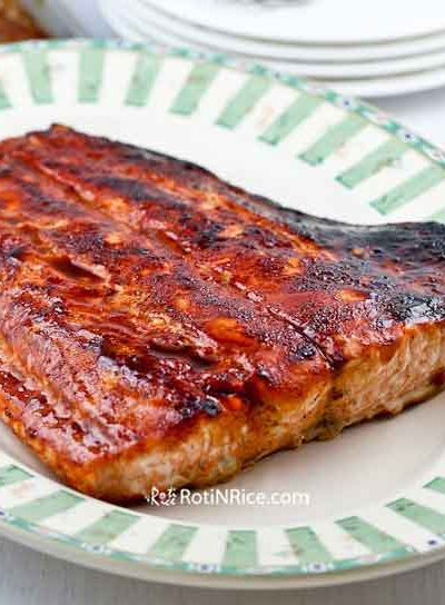 This Spicy Marmite Salmon is a treat for the Marmite aficionado. It can be easily tailored to your liking by using your favorite sweet chili sauce. | RotiNRice.com #marmitesalmon #grilledsalmon #salmon